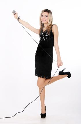Jazzsängerin tanzt mit Mikrophon