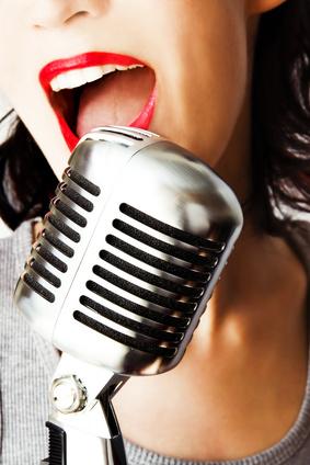 Jazzsängerin mit Mikrophon