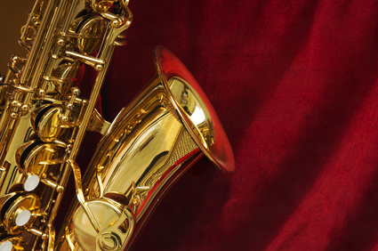 Saxophon auf rotem Tuch